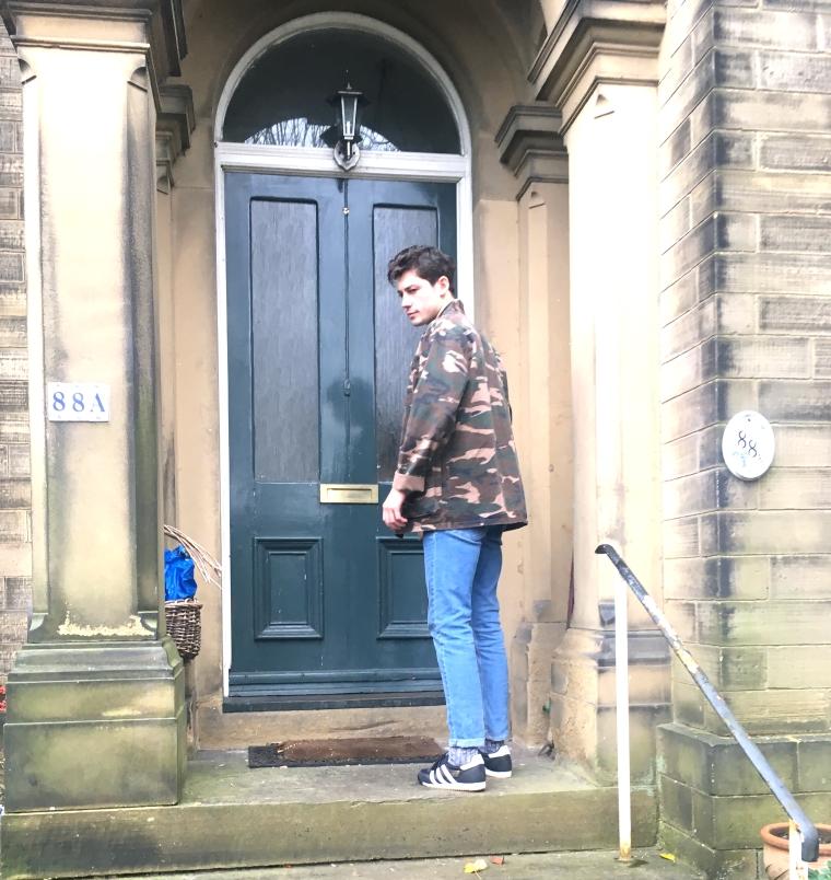 mens_style_blue_jeans_camo_steps